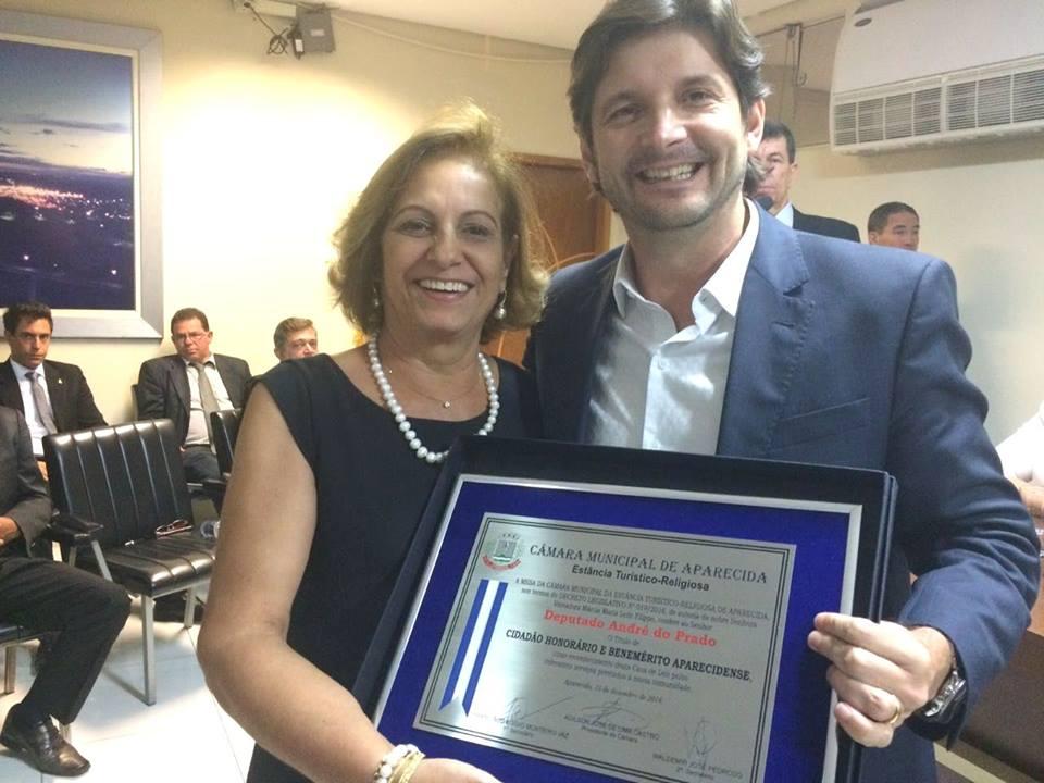 Deputado recebe o título da mãos da vereadora Márcia Fellipo