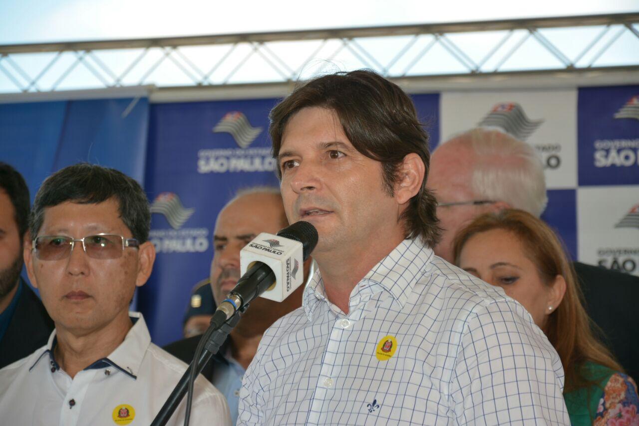 Deputado discursa durante a entrega das casas em Itaquaquecetuba