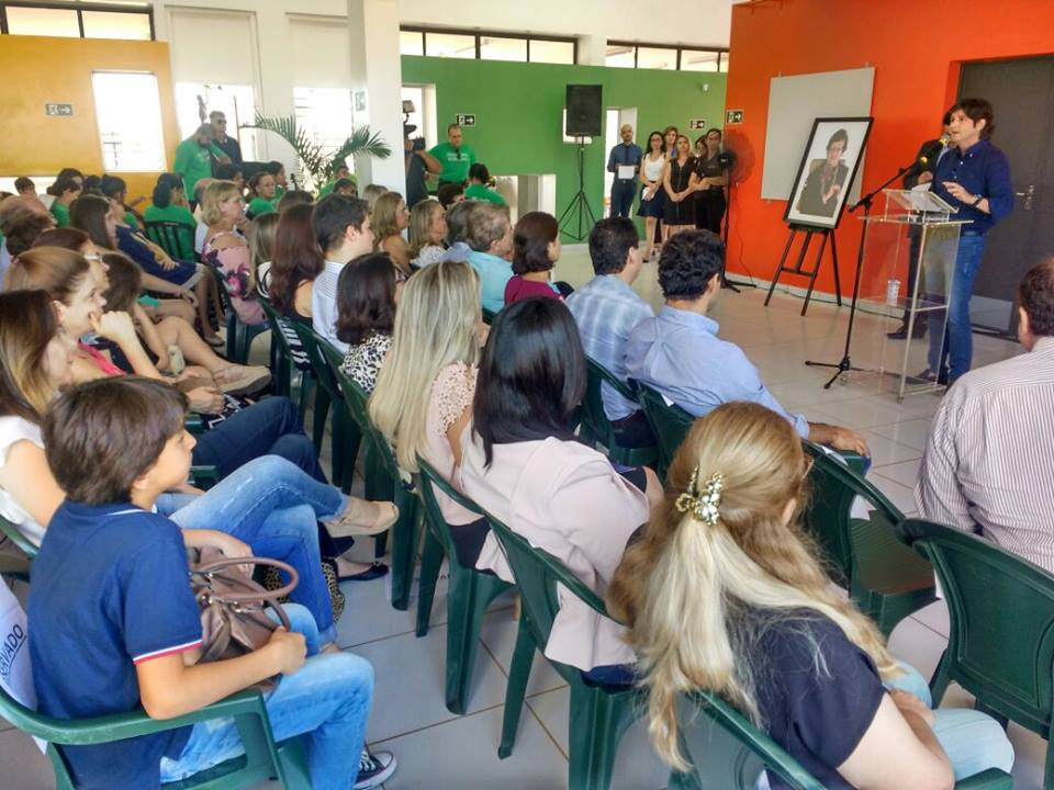 Deputado André do Prado discursa durante a entrega da escola.