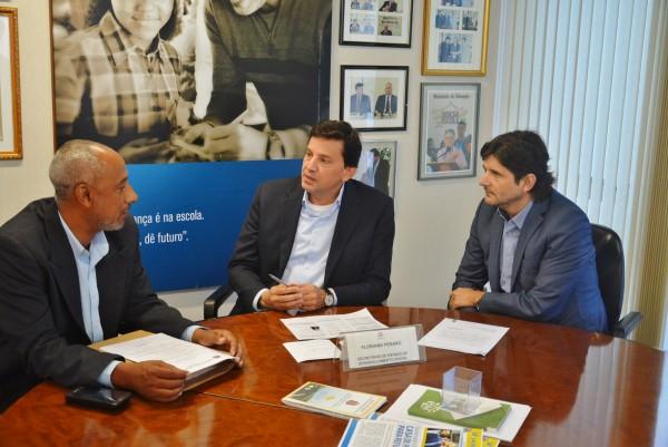 Vereador Paulinho, secretário Floriano Pesaaro e o deputado André do Prado.
