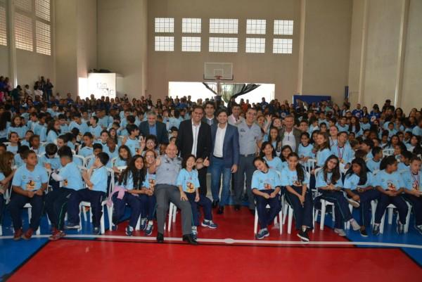 Deputado André do Prado com o prefeito Gian Lopes e as crianças do Proerd