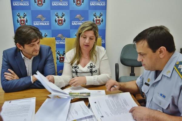 Deputado André do Prado e prefeita Erica apresentando as demandas ao major Katibe