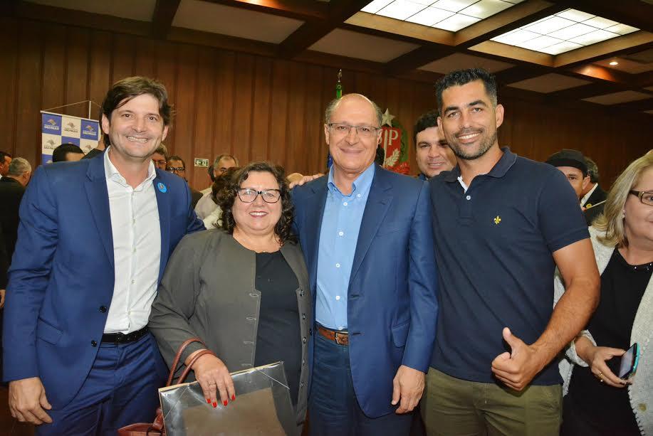 Deputado André do Prado com a secretária municipal de Saúde, Marina Correa, o diretor de Esportes, Lucas, e o governador Geraldo Alckmin