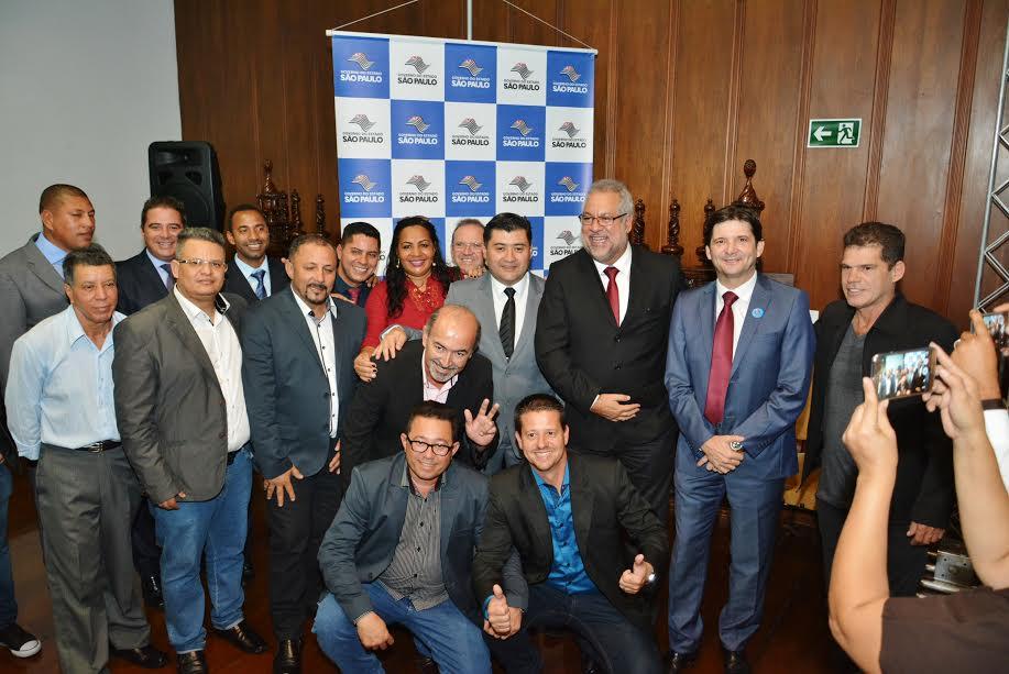 Deputado André do Prado, prefeito Rodrigo Ashiuchi, vice-prefeito Walmir e vereadores em evento  no Palácio do Bandeirantes