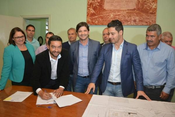 Prefeito Vanderlon Gomes assina a ordem de serviço para construção da creche no bairro Fartura