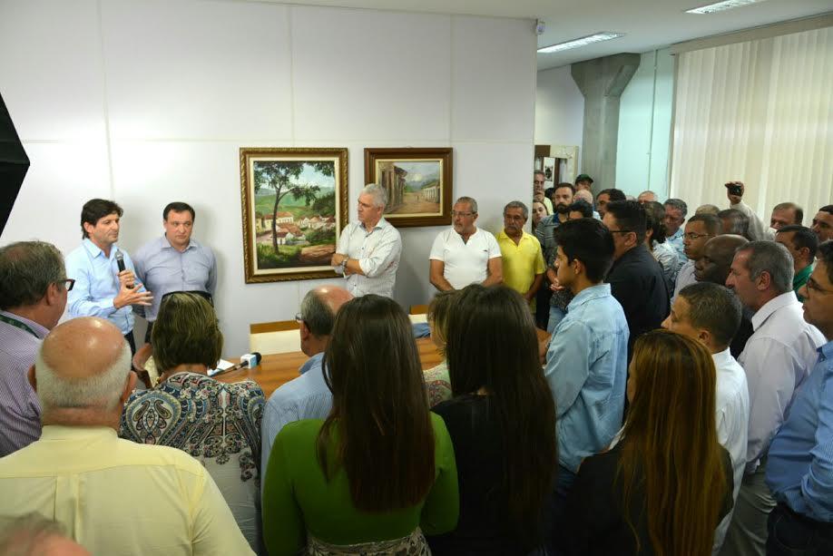 Deputado André do Prado discursa durante a solenidade na Prefeitura de Igaratá