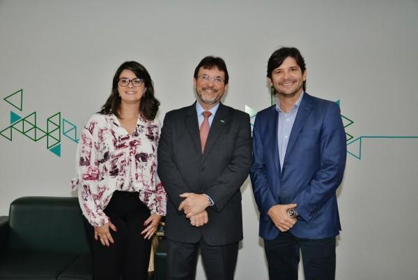 Deputado André do Prado e a prefeita Fábia Porto com o diretor da Desenvolve SP