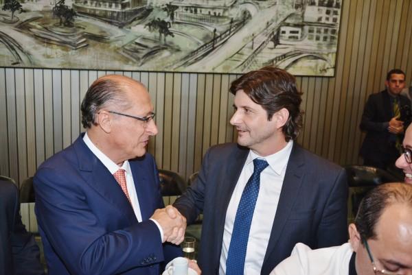 Deputado André do Prado cumprimenta o governador após a sanção da Lei