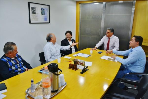 Reunião com o superintendente, Ricardo Borsari, com as presenças do secretário executivo do Condemat, Abel Larini, do vereador isabelense, Clebão do Posto, e do secretário municipal de Obras de Arujá, Ciro Dói