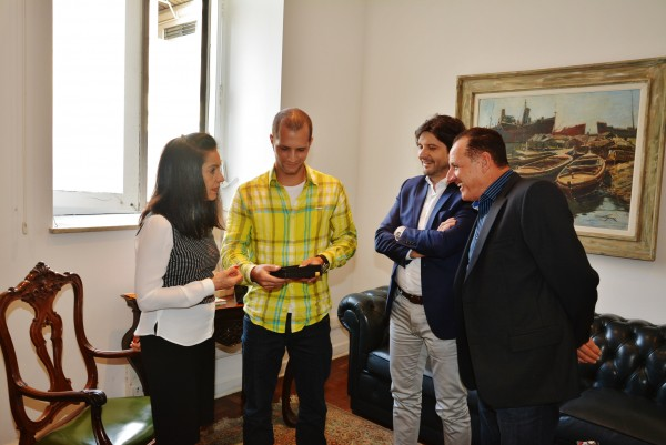 Artista entrega as imagens para a primeira-dama. Deputado Andre do Prado e o ex-prefeito de Igaratá, Elzo Elias, participaram do ato