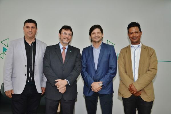 Deputado André do Prado com o vice-prefeito, Marquinho Indaiá, o secretário Reginaldo com o diretor da Agência do Desenvolve SP