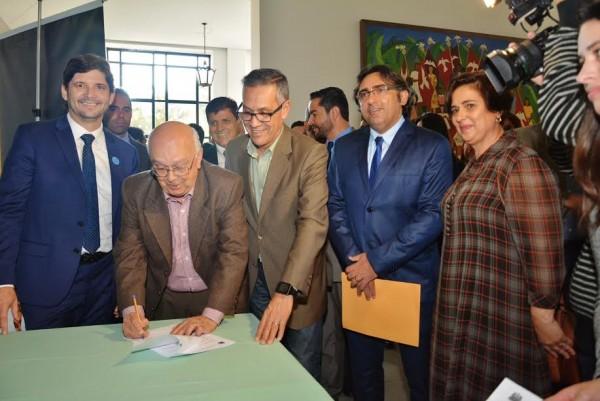Provedor Austelino, assina o convênio no Palácio, ao lado do deputado André do Prado e o vereador Farofa
