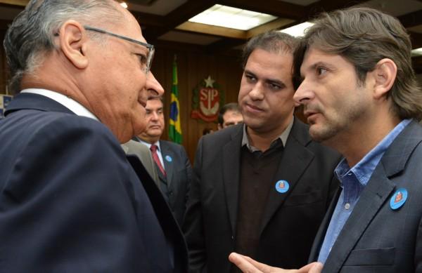 Deputado André do Prado e o prefeito Gian Lopes conversam com o governador sobre o hospital