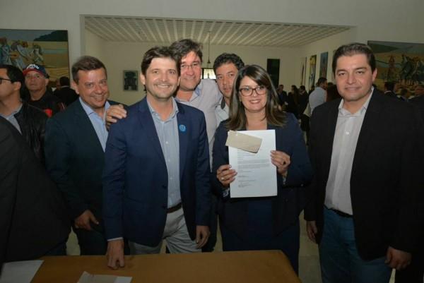 Assinatura do convênio com a presença do deputado André do Prado, a prefeita Fábia Porto, e os vereadores: Luizão Arquiteto e Clebão do Posto
