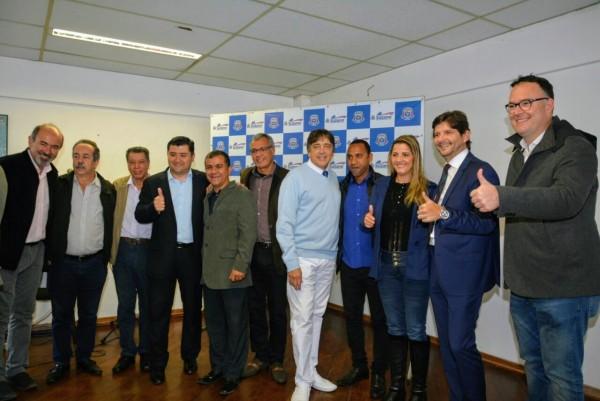 Deputado André do Prado com o prefeito Rodrigo Ashiuchi e autoridades da Santa Casa e da cidade