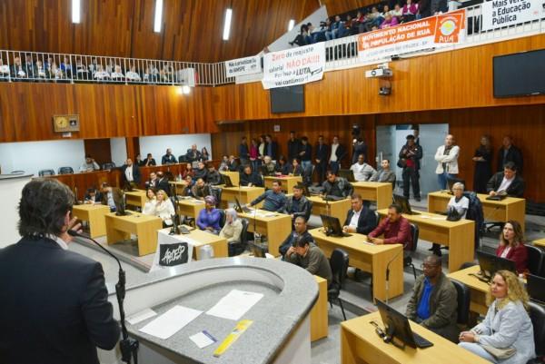 Deputado André do Prado fala durante a audiência pública do orçamento