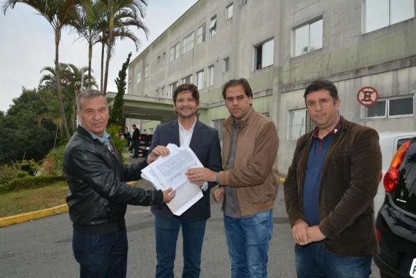 Deputado André do Prado recebe das mãos do prefeito Gian Lopes, do vice-prefeito Marquinhos Indaia e do vereador Marinho, as assinaturas no abaixo-assinado