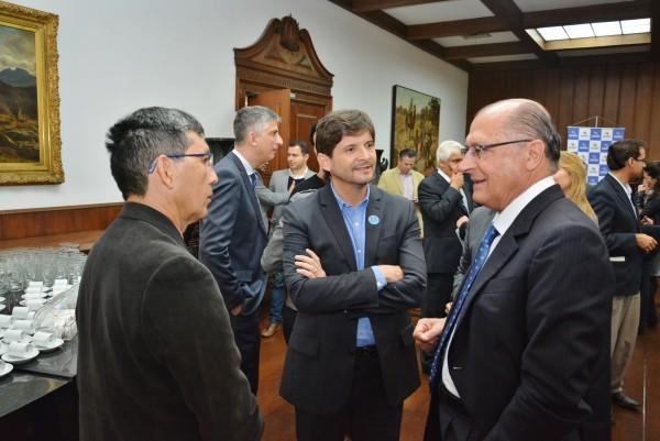 Deputado André do Prado e o prefeito Mamoru Nakashima conversam com o governador Geraldo Alckmin