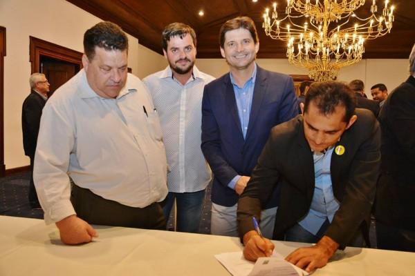 Prefeito em exercício Mauro assina o convênio ao lado do deputado André do Prado com os vereadores: Palitinho e Valter