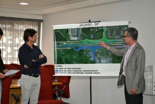 O presidente da CCR Nova Dura, Ascendino Mendes, explica a obra a ser executada