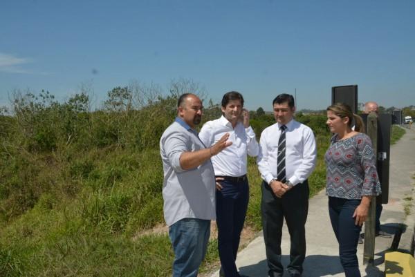 Deputado, prefeito e vereadora verificam obras na rodovia