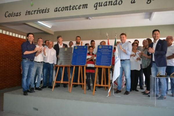 Deputado André do Prado ao lado das autoridades municipais durante a inauguração da escola