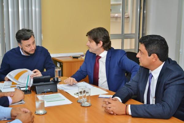 Deputado André, prefeito Frederico e presidente da FDE, João Cury Neto, conversam sobre pedido de creche em Itaoca