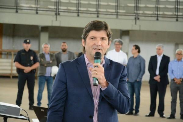 Deputado André do Prado discursa durante solenidade em Suzano