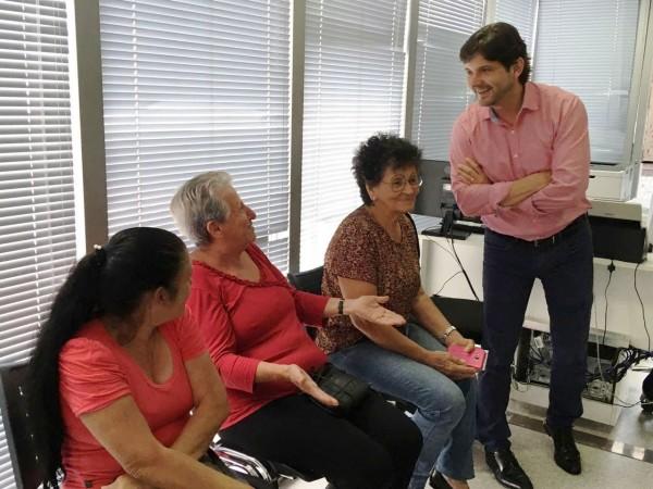 Deputado André do Prado conversa com mulheres que esperam o momento para atendimento na carreta