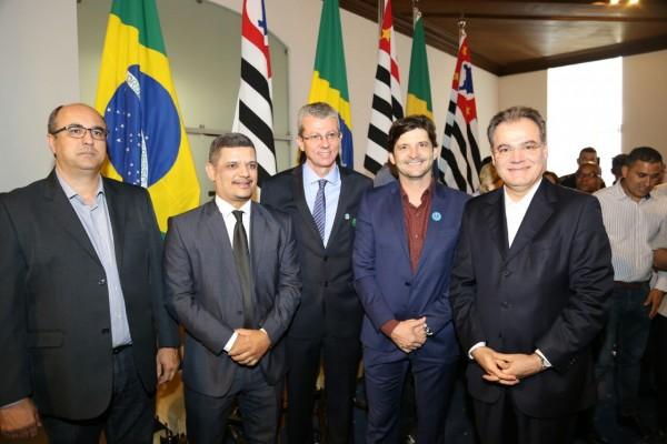 Deputado André do Prado, comitiva de Jandira e secretário-chefe da Casa Civil, Samuel Moreira, participam de solenidade no Palácio dos Bandeirantes