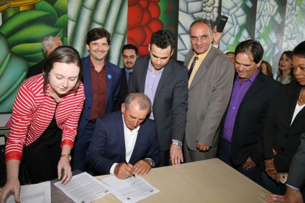 Comitiva de Juquitiba no Palácio dos Bandeirantes durante assinatura de convênio com Fumefi