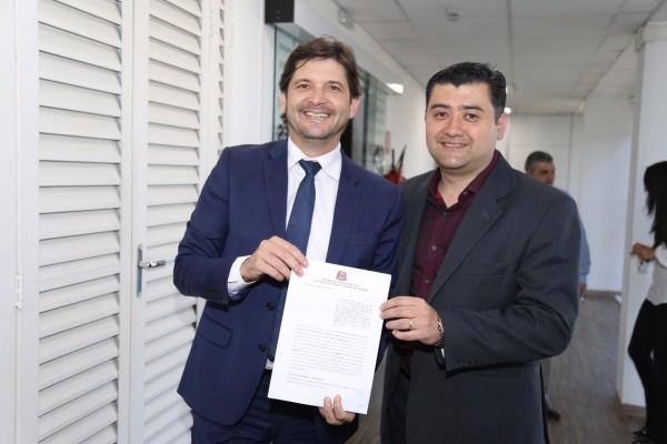 Deputado André do Prado com o prefeito Rodrigo Ashiuchi com o convênio assinado