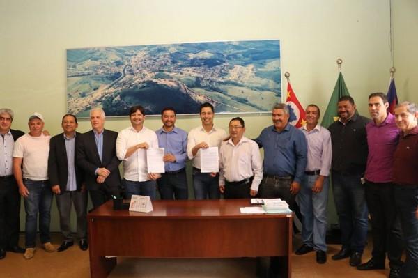 Deputado André do Prado ao lado do prefeito Vanderlon Gomes e do deputado federal Marcio Alvino