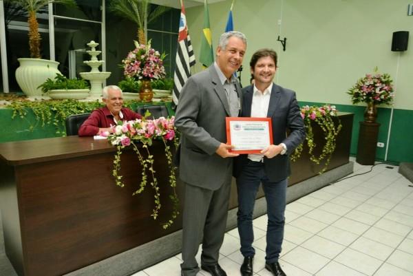 Deputado André do Prado recebe o título das mãos do prefeito Rolien Guarda Garcia