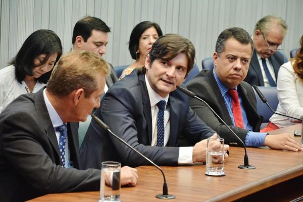Deputado discursa na Comissão defendendo o projeto de Lei