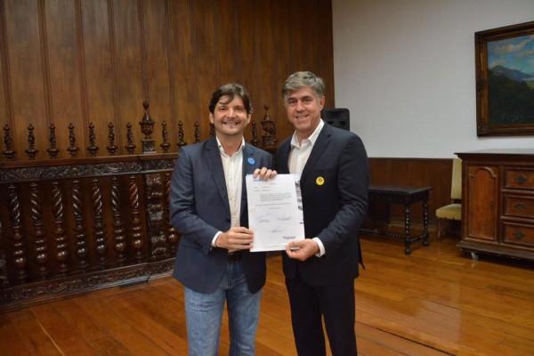 No Palácio dos Bandeirantes, deputado André do Prado e prefeito Márcio Cardim após assinatura de convênio para construção de 45 unidades habitacionais