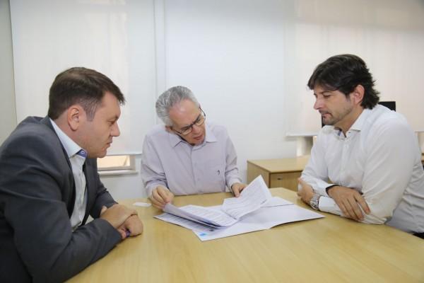 Deputado André do Prado e prefeito Adriano Leite acompanham formalização de convênio com o Governo do Estado para combate a enchentes