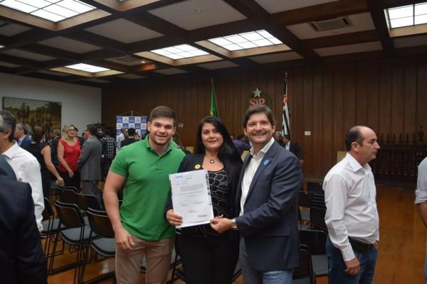 Deputado André do Prado, prefeita Débora Volpini e vice-prefeito Leandro Volpini em solenidade no Palácio dos Bandeirantes