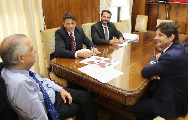 Vice-governador Márcio França recebe em sua sala o deputado estadual André do Prado e o prefeito de Pindamonhangaba, Dr. Isael Domingues