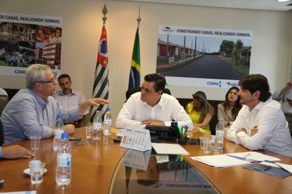 Deputado André do Prado e prefeito Celso Simão participam de reunião com o secretário executivo do programa Cidade Legal, Eugênio Zuliani