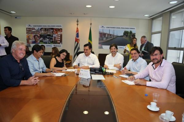 Deputado André do Prado, prefeita Fabia Porto, vereadores e secretários participam da renovação de contrato com programa Cidade Legal.