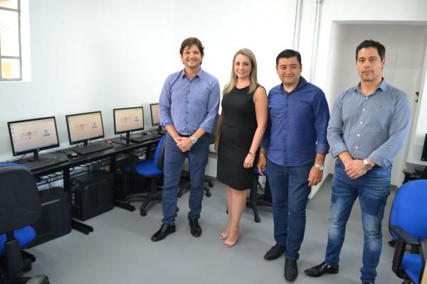 Ao lado da primeira dama, Larissa, e do prefeito Rodrigo Ashiuchi, os deputados André do Prado e Marcio Alvino visitaram o polo da Univesp