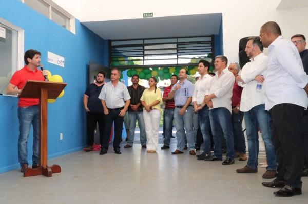 Deputado André do Prado discursa durante a entrega da creche