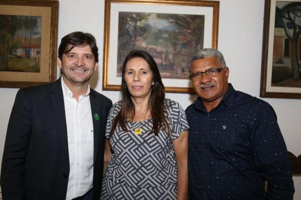 Deputado André do Prado, prefeita em exercício Dalete Oliveira e vereador Mané do América depois de assinatura de convênio