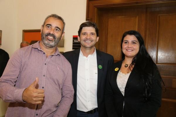 Deputado André do Prado, vereador Emiliano Vigneron e prefeita Débora Volpini em cerimônia no Palácio dos Bandeirantes