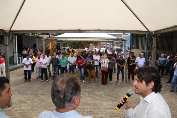 Deputado André do Prado discursa em evento de início das obras de melhorias da Avenida Francisco Marengo, em Suzano