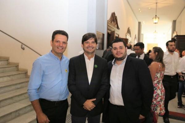 Deputado, prefeito de Monte Mor, Thiago Assis, e Rodrigo, filho do vereador Jesus Lopes, após cerimônia no Palácio