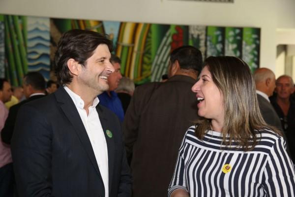 Deputado André do Prado e prefeita Érica Soler conversam durante assinatura de convênio para destinação de recursos a Potim