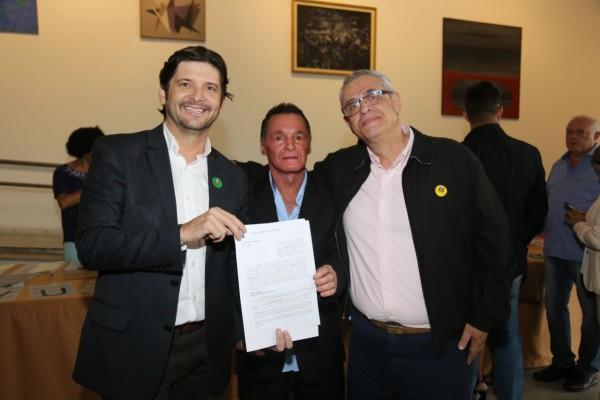 Deputado André do Prado, vereador Valdemar da Saúde (autor do pedido ao parlamentar estadual) e prefeito Celso Simão após solenidade no Palácio