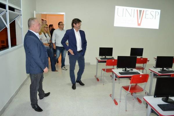 Deputado André do Prado visita, na companhia do prefeito Josué Ramos, polo da Univesp em Vargem Grande Paulista